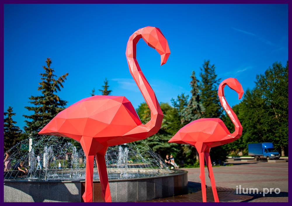 Фотозона с крупными полигональными фигурами животных из металла, розовый фламинго