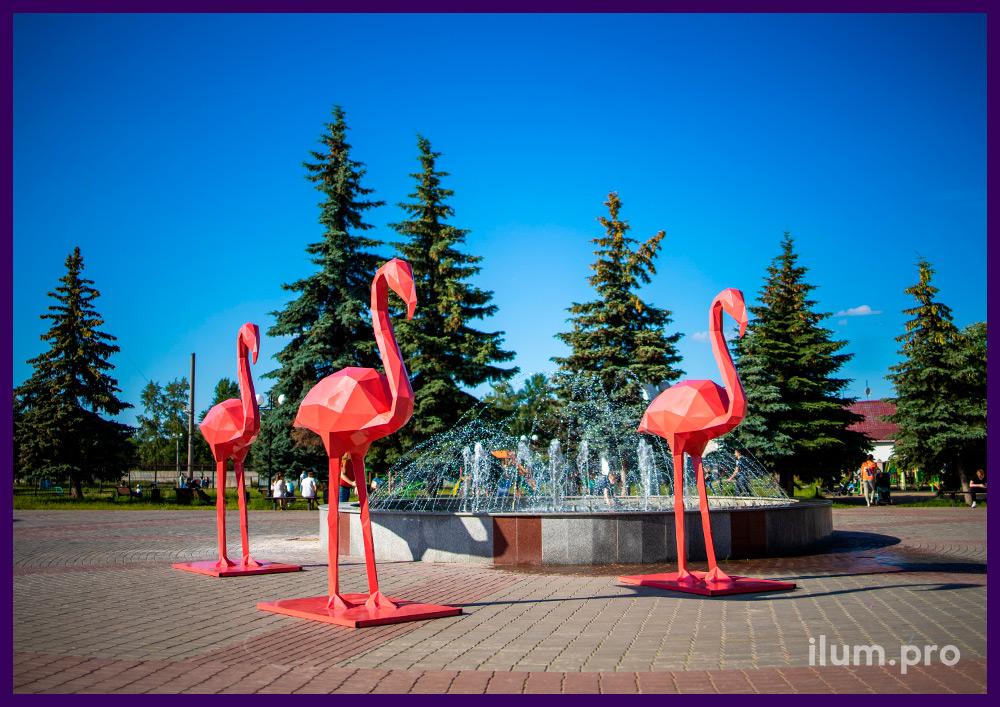 Украшение площади металлическими полигональными фигурами животных - розовые фламинго
