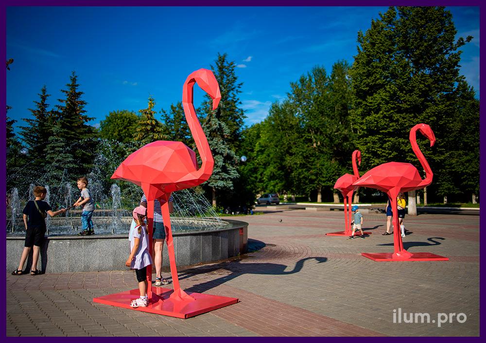 Фотозона с розовыми полигональными фигурами фламинго на городской площади