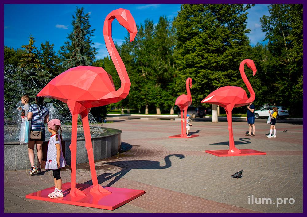 Полигональные фигуры фламинго для украшения города на праздники