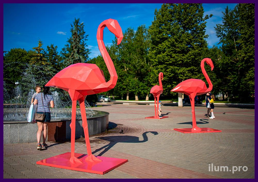 Металлические полигональные фигуры розовых фламинго на площади