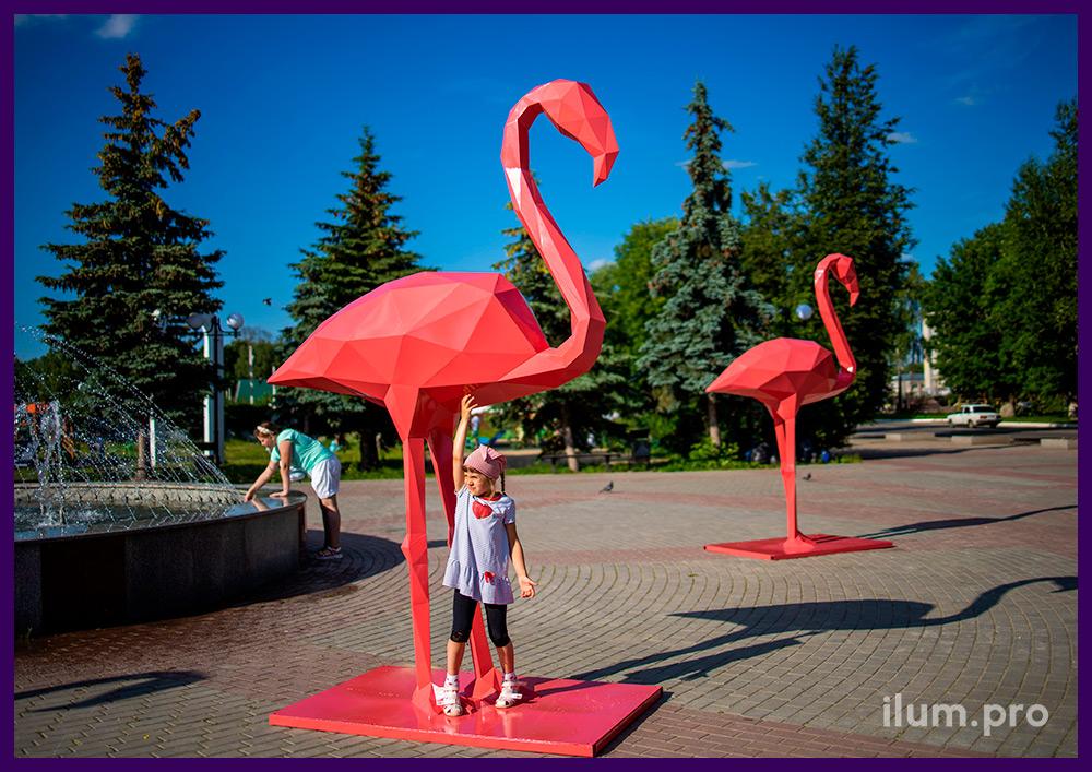 Украшение площади металлическими полигональными скульптурами розовых фламинго