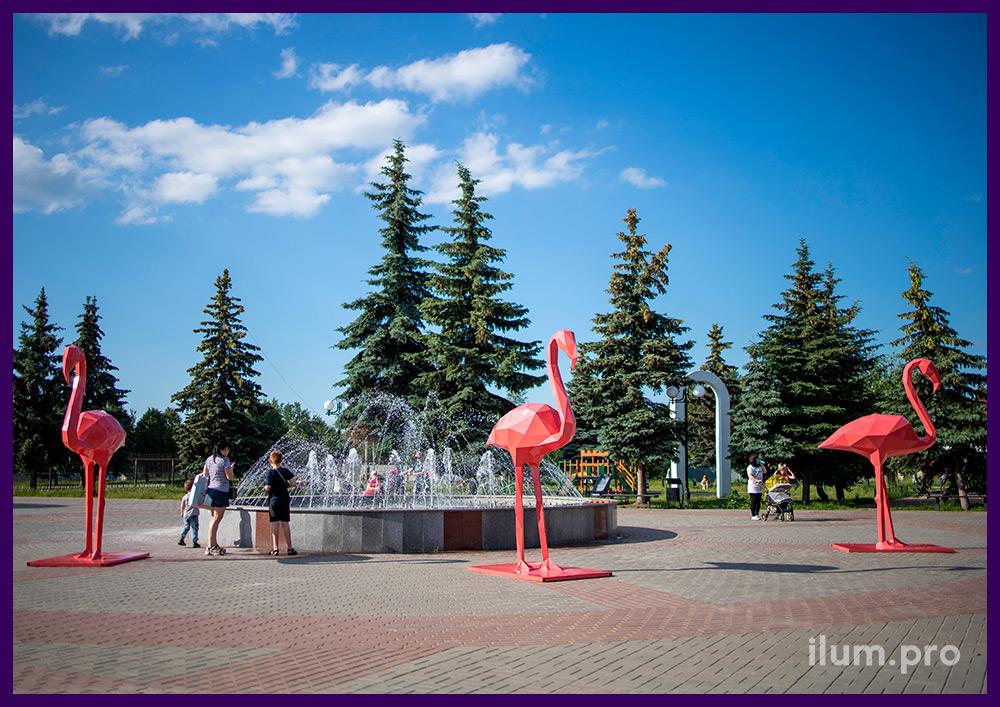 Фламинго из металла - полигональные фигуры розового цвета на площади