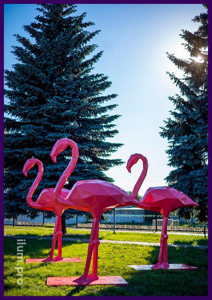 Фламинго из стали - полигональные фигуры розового цвета на газоне