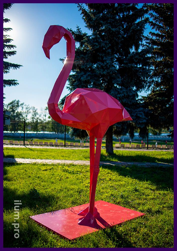 Фигуры полигональные металлические розового цвета для украшения газона