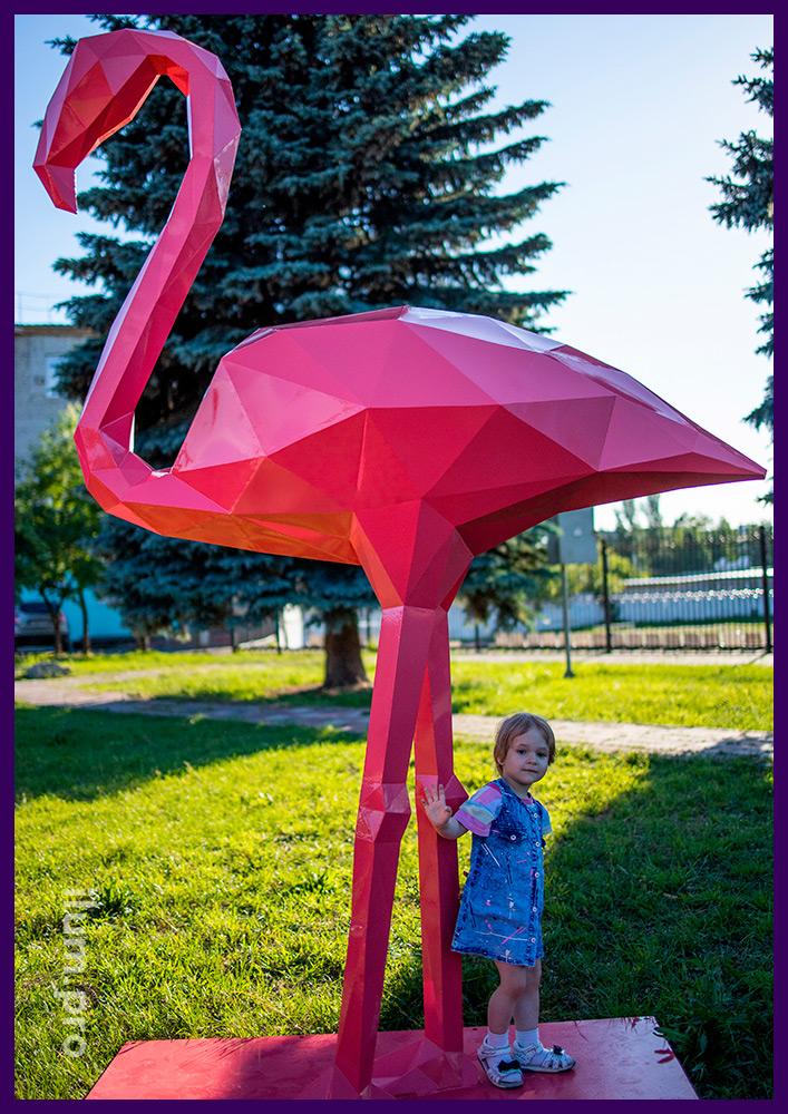 Фламинго полигональный розовый из крашеной стали, ландшафтный арт-объект