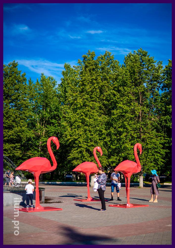 Полигональная скульптура из крашеного металла в форме розового фламинго