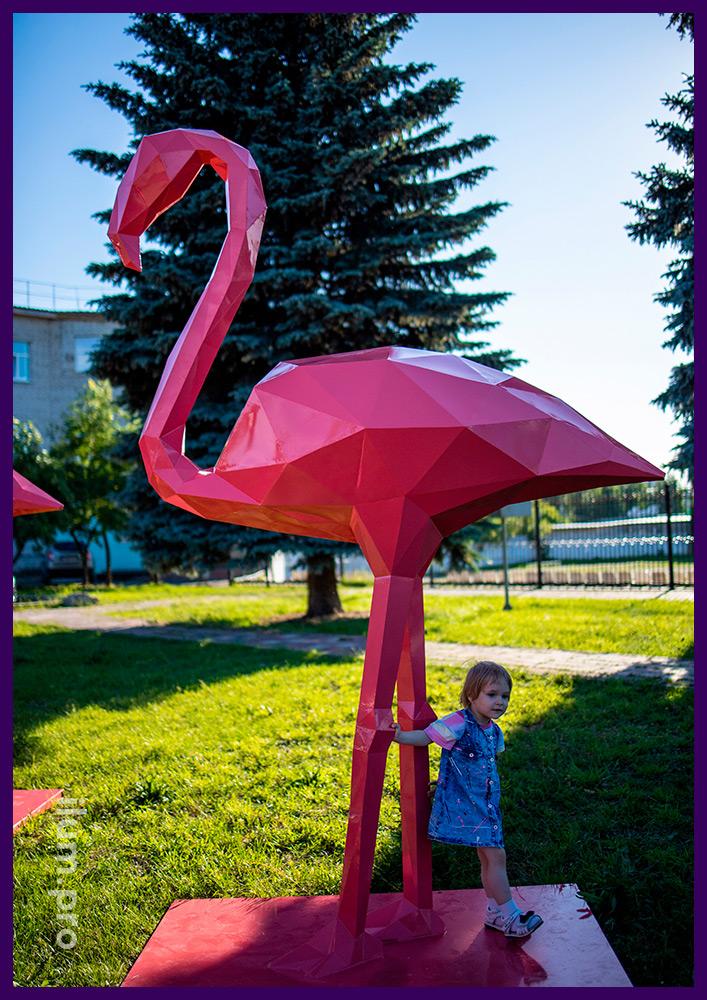 Арт-объекты металлические полигональные в форме розовых фламинго в сквере