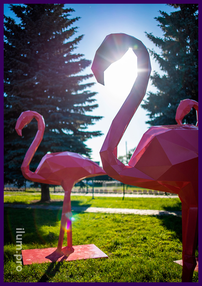 Фламинго розовые полигональные из стали - ландшафтные фигуры на газоне