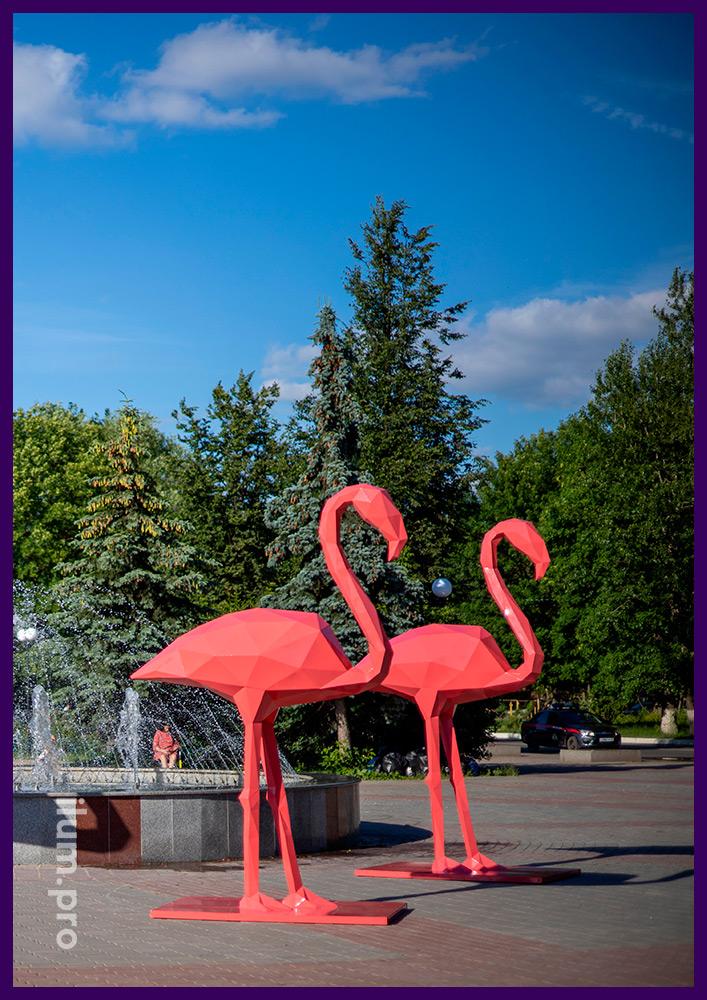 Металлические полигональные скульптуры розовых фламинго для украшения площади
