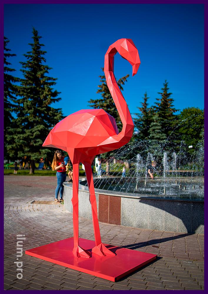 Металлическая полигональная фигура розовый фламинго на площади у фонтана