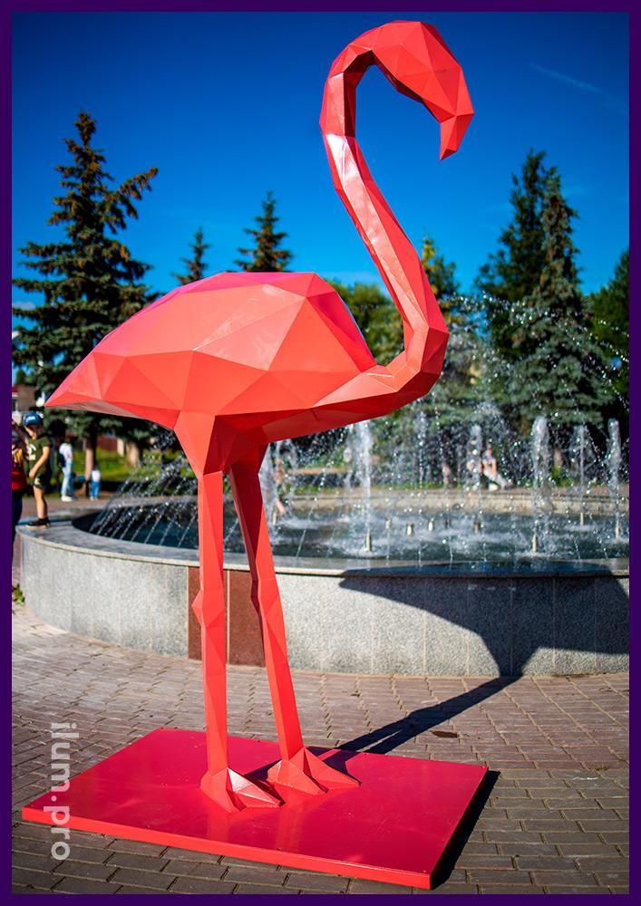 Розовые полигональные фигуры фламинго из стали, благоустройство площади