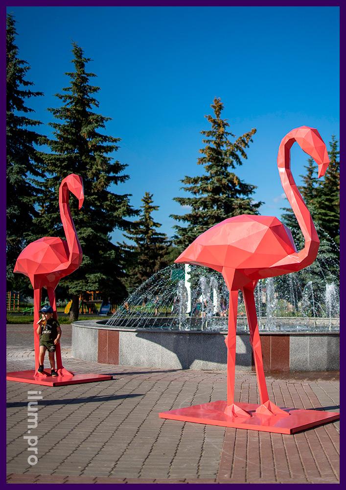 Объёмные полигональные фигуры розовых фламинго, необычные арт-объекты из металла