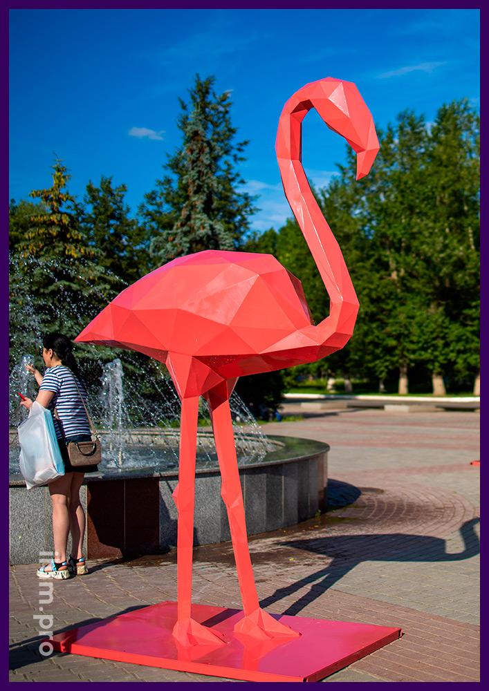 Фламинго из стали - полигональная скульптура больших размеров на городской площади
