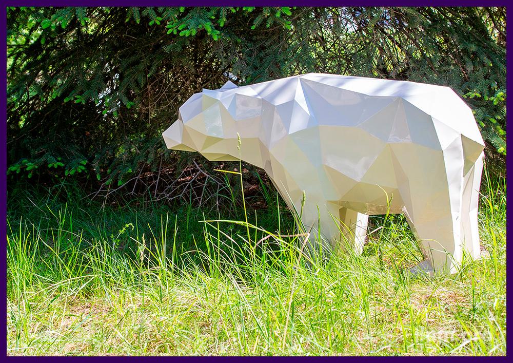 Медведь стальной полигональный, установленный на газоне в городском парке
