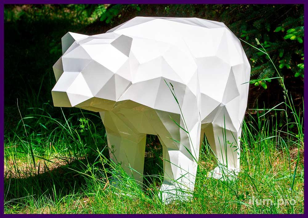 Садово-парковая металлическая скульптура полигонального медведя белого цвета