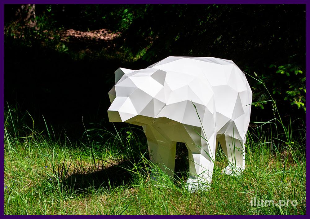 Медведь белый полигональный на газоне - металлический арт-объект для благоустройства территории