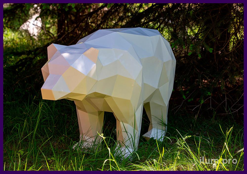 Белый металлический полигональный арт-объект в форме медведя на улице