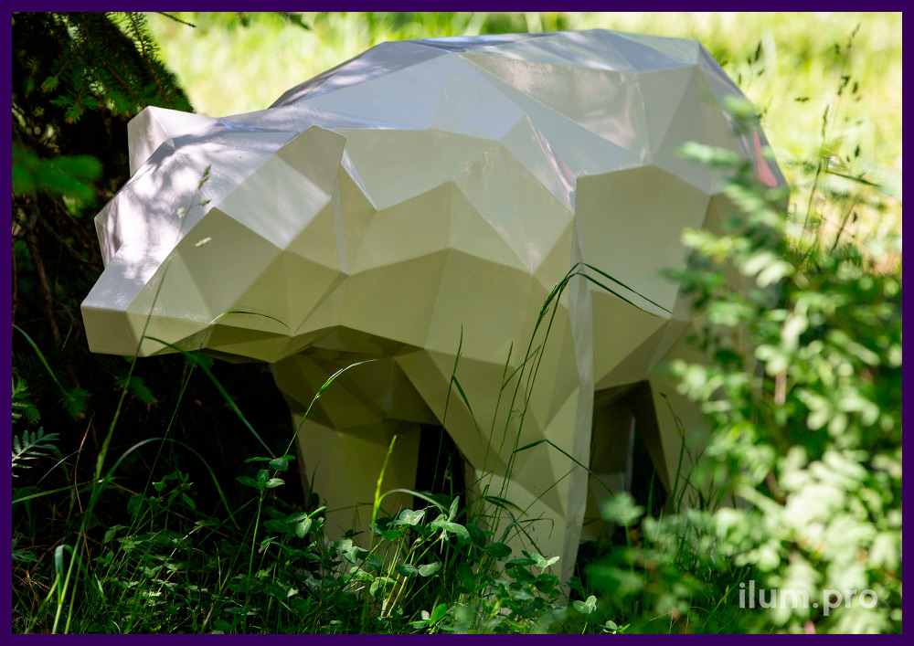 Медведь стальной полигональный, металлическая садово-парковая скульптура на газоне