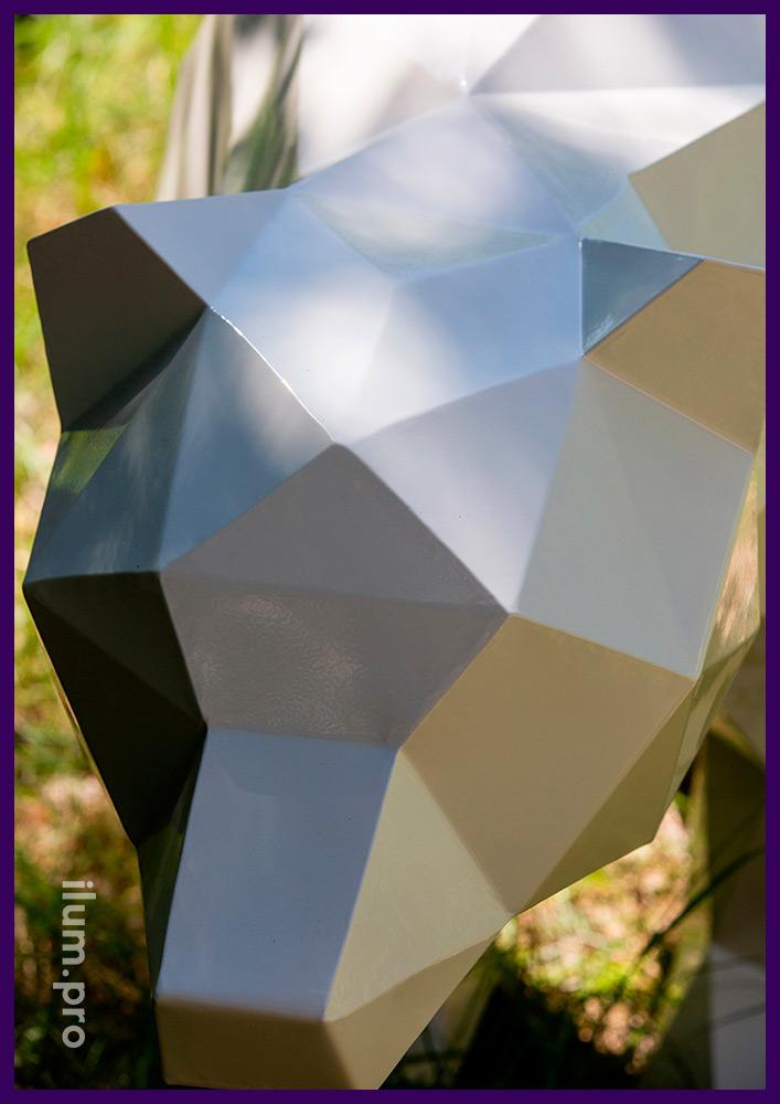 Полигональная фигура медведя белого цвета - объёмный арт-объект из крашеного металла