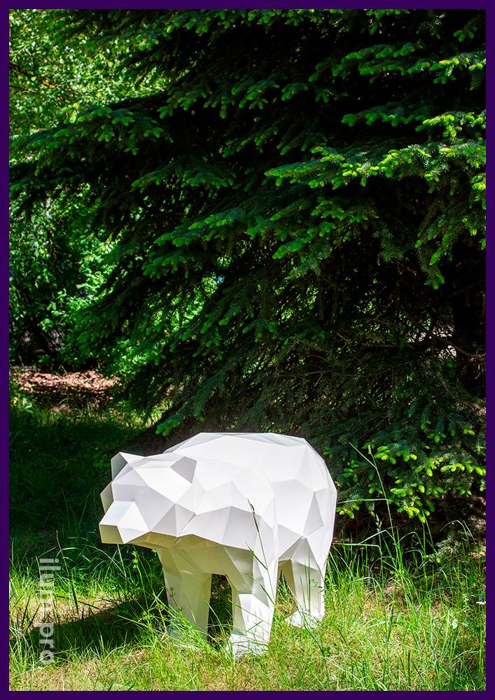 Полигональный медведь из крашеной стали белого цвета, необычный арт-объект
