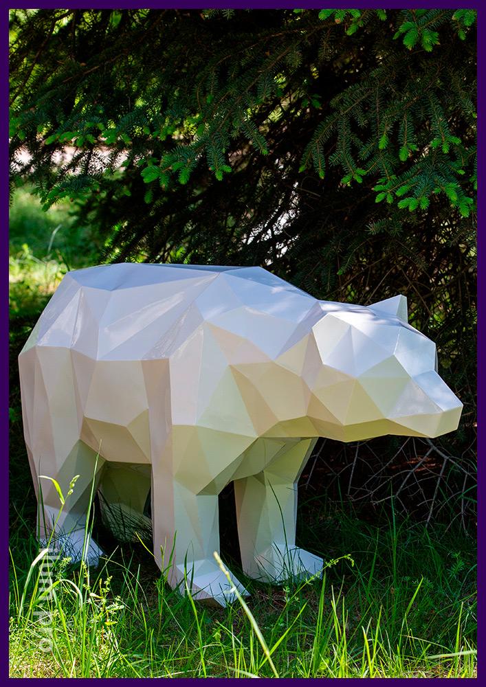 Полигональный металлический медведь - садово-парковый арт-объект на газоне