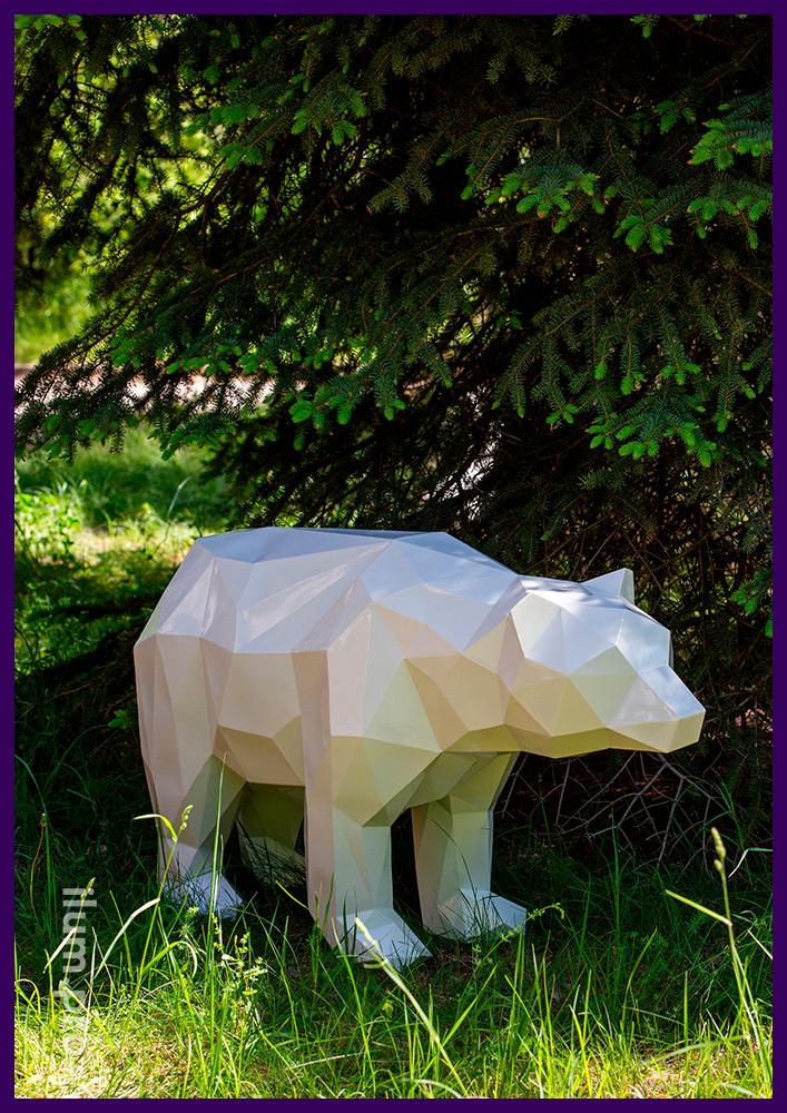 Стальная полигональная скульптура медведя белого цвета, сталь толщиной 1,5 мм