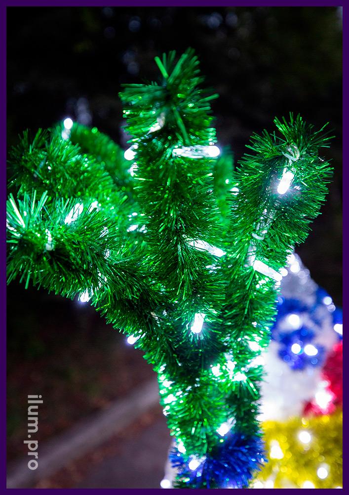 Снеговик с метлой из мишуры и светодиодных гирлянд - новогодние декорации