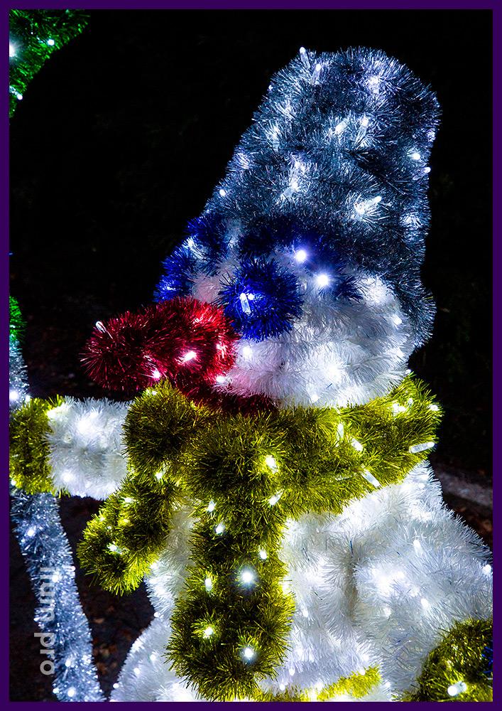 Украшение улицы световыми фигурами снеговиков с гирляндами и мишурой на проволоке