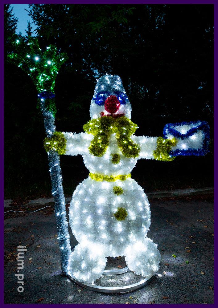 Декоративные фигуры из гирлянд и разноцветной мишуры в форме снеговиков, иллюминация для улицы и интерьера