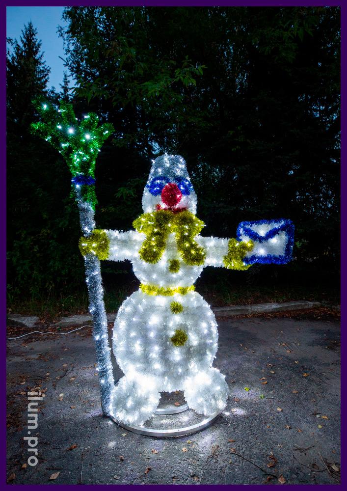 Снеговик из гирлянд и мишуры на металлическом каркасе, фигура с письмом и метлой