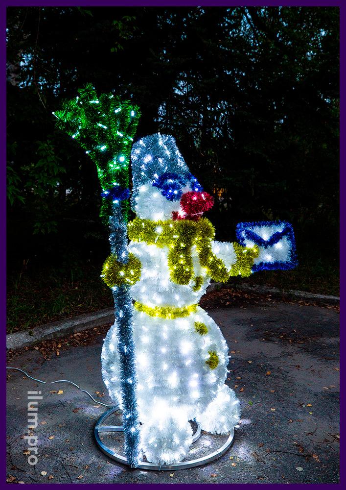 Фигура декоративная новогодняя в форме снеговика с письмом из мишуры и гирлянд