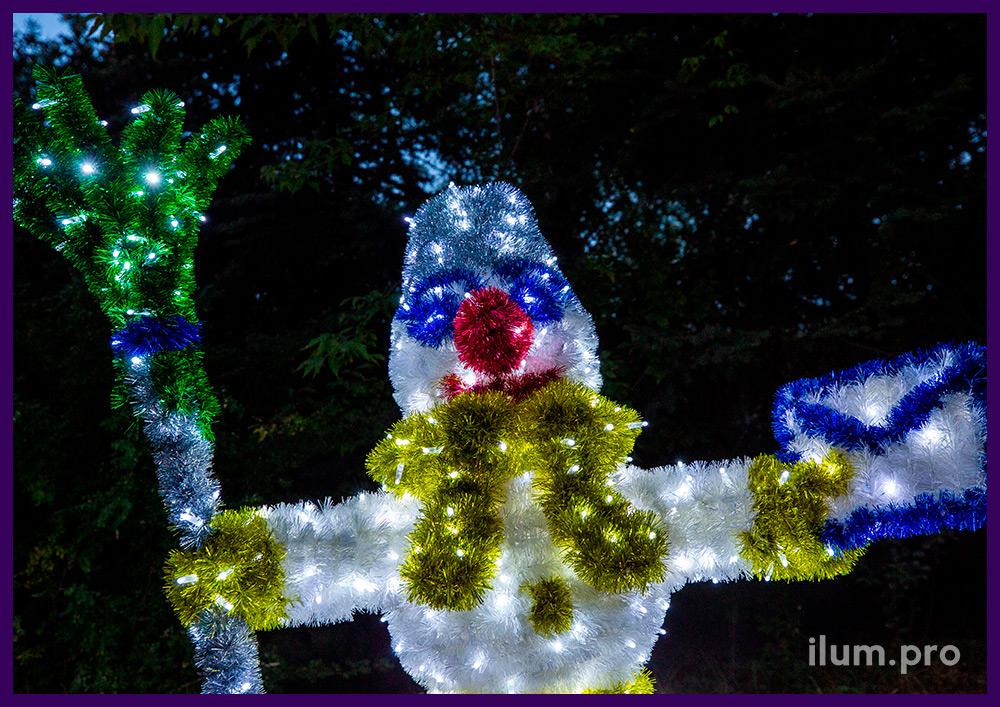 Снеговик с мишурой и гирляндами, новогодние декорации для украшения улиц и площадей