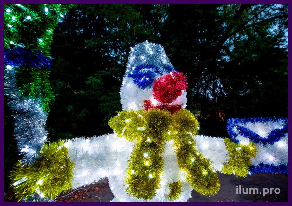 Разноцветный снеговик с гирляндами и пушистой мишурой на проволоке, гирлянды IP65