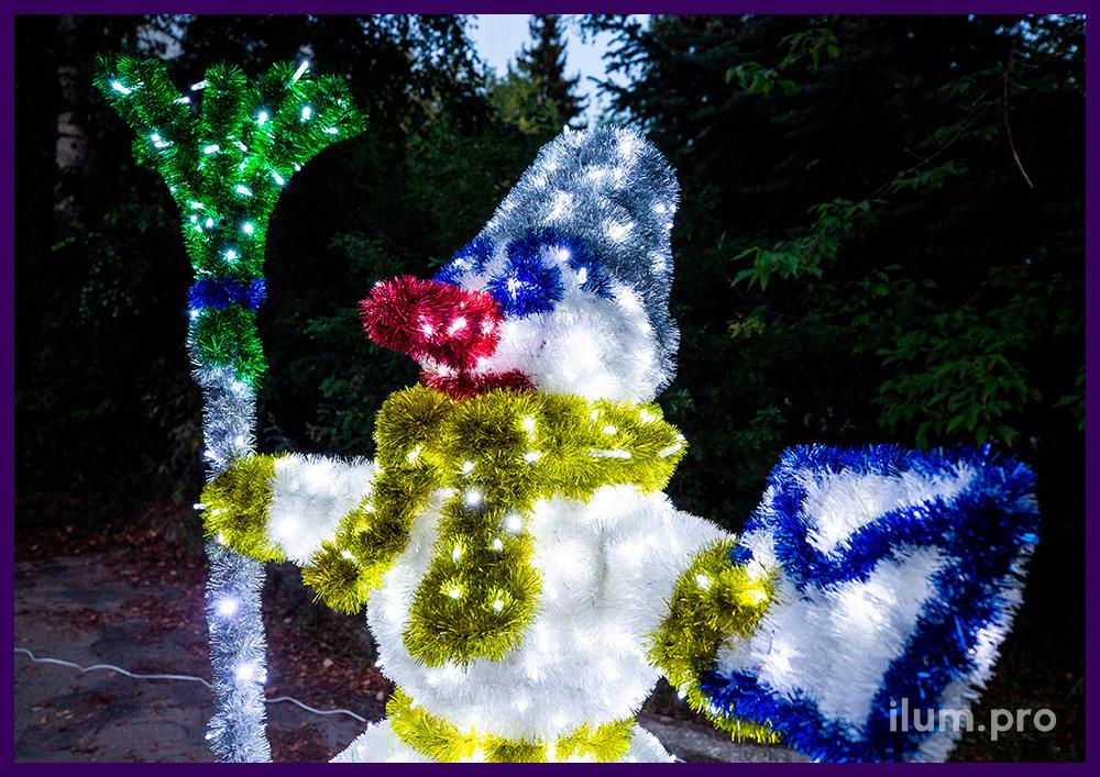 Снеговик разноцветный с гирляндами, декоративная фигура из металла и пушистой мишуры
