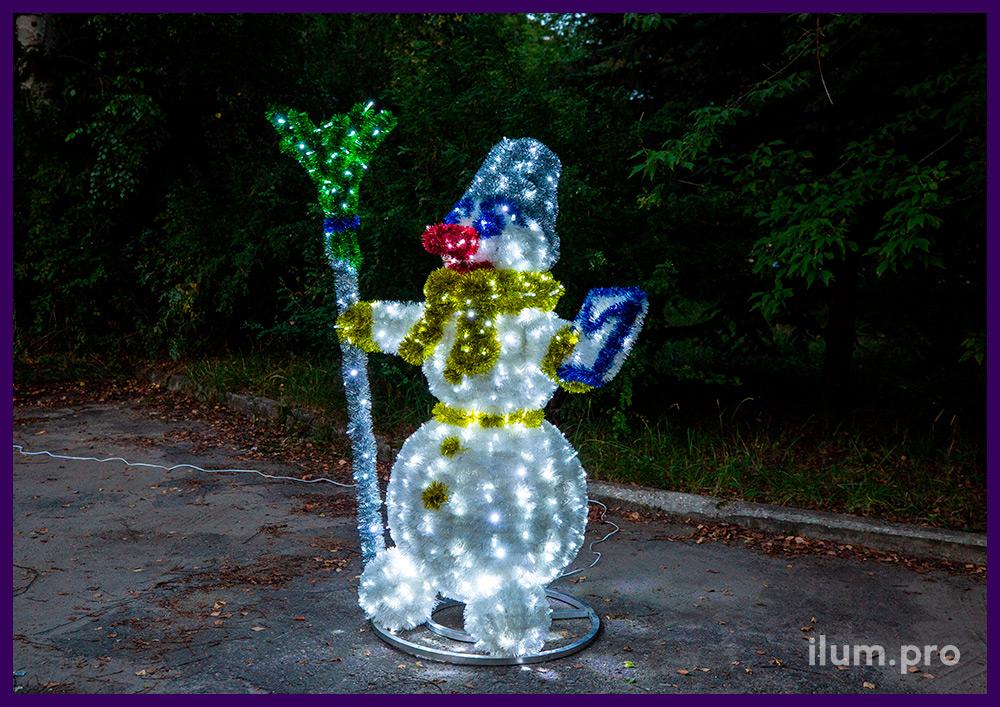 Снеговик почтальон с письмом и метлой - световая фигура с гирляндами и мишурой в парке