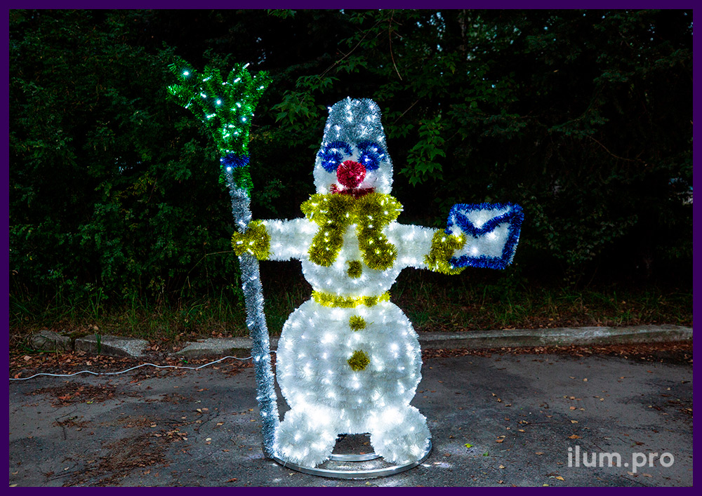 Снеговик из металлического каркаса, пушистой мишуры и гирлянд с защитой от осадков и мороза