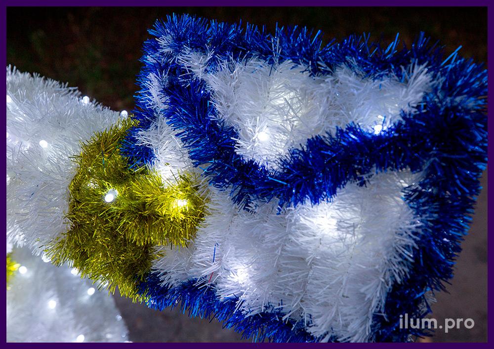 Снеговики с разноцветной мишурой и светодиодными гирляндами на улице на Новый год