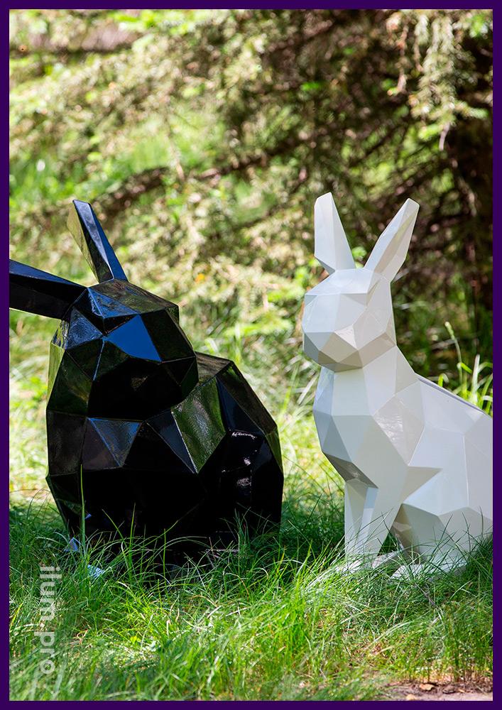 Металлические скульптуры полигональных зайцев разных цветов на газоне