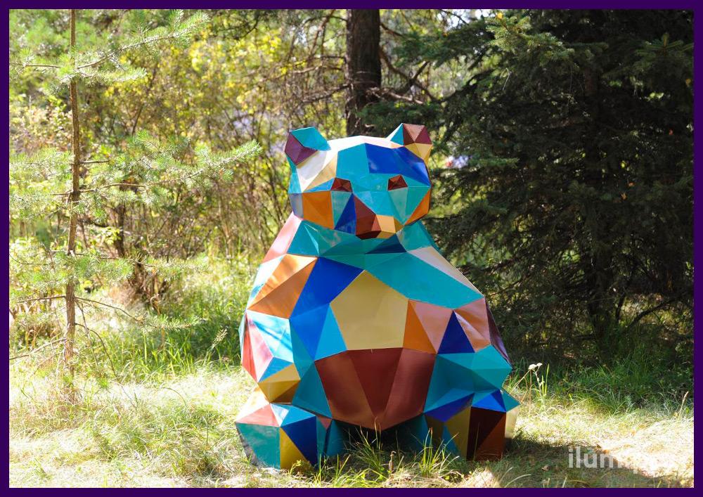 Стальной полигональный медведь с разноцветными полигонами - символ места