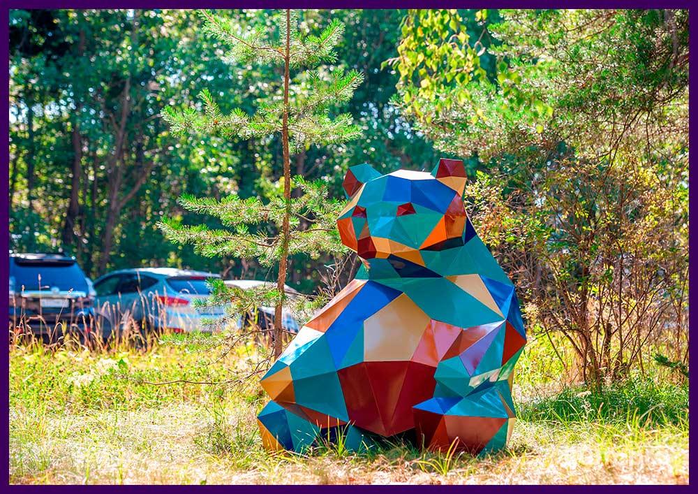 Объёмная полигональная стальная скульптура в форме разноцветного медведя на газоне
