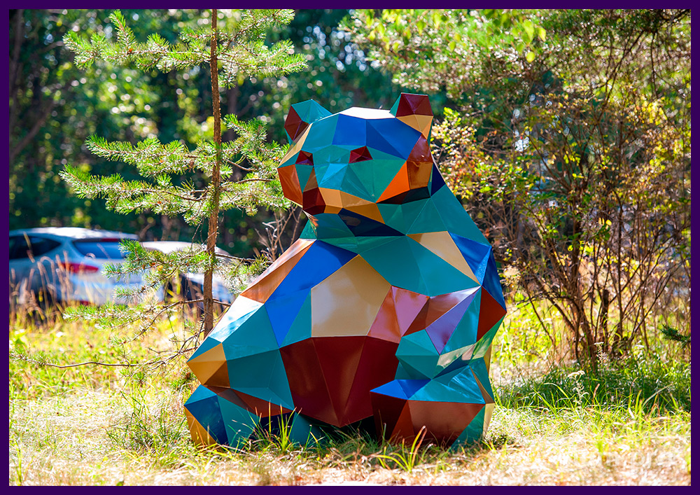 Медведь полигональный стальной, разноцветная фигура с плоскими гранями в парке
