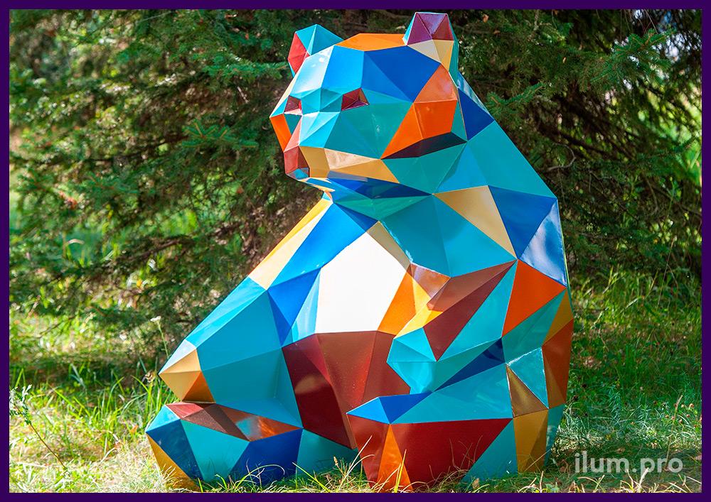 Медведь полигональный разноцветный, фигура сидящего животного в городском парке