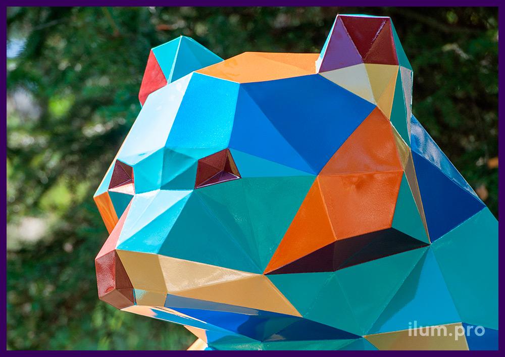 Фигура полигональная в форме медведя с разноцветными гранями, арт-объект в парке