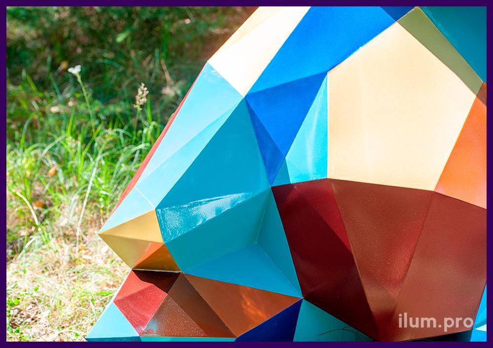 Металлическая полигональная скульптура в виде медведя с разноцветными гранями