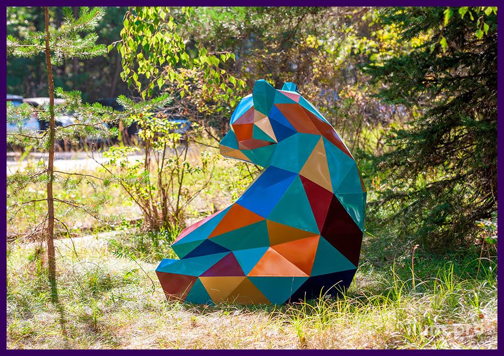 Металлический полигональный медведь с разноцветными гранями, яркий арт-объект для ландшафта