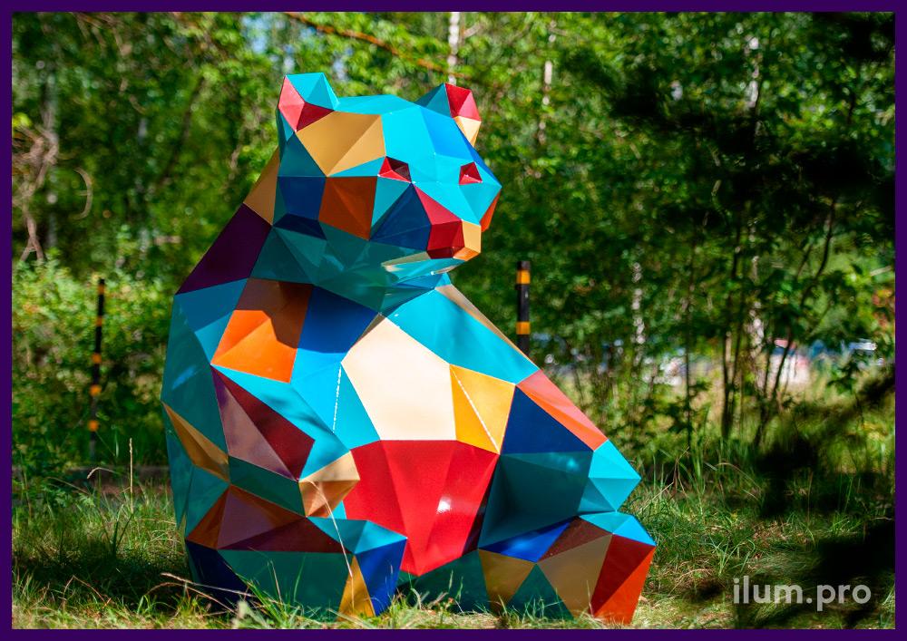 Металлический арт-объект в парке, полигональная фигура медведя с разноцветным покрытием