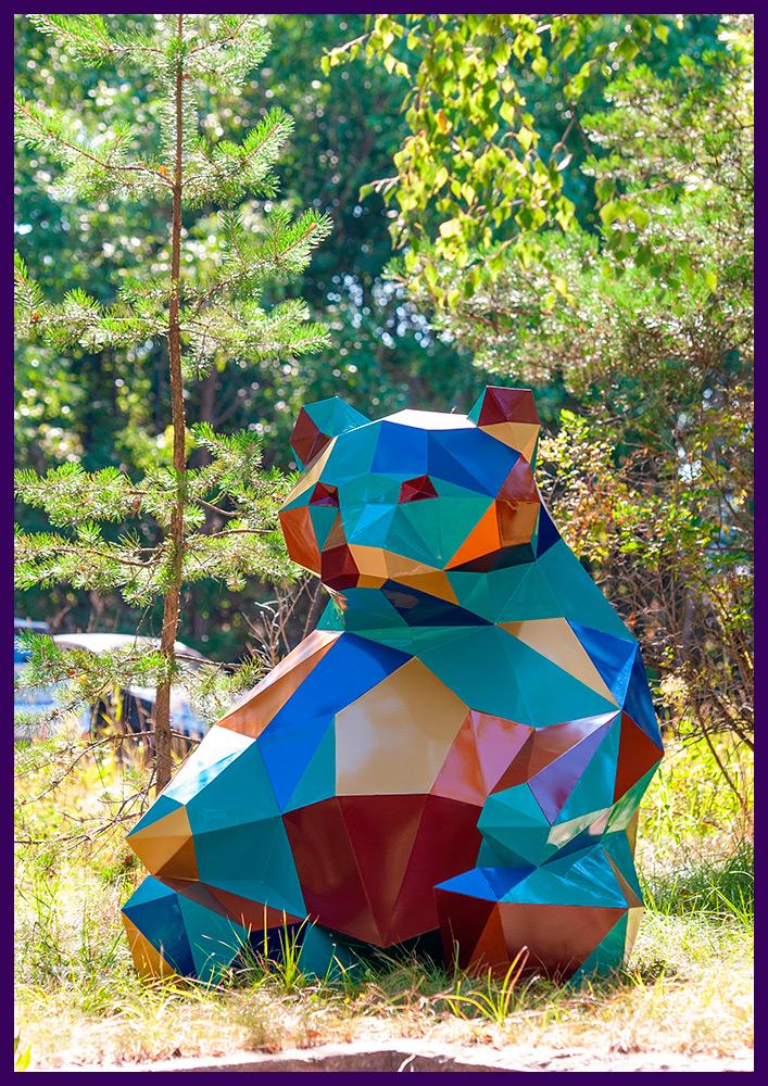 Объёмная полигональная скульптура медведя из крашеной стали в городском парке
