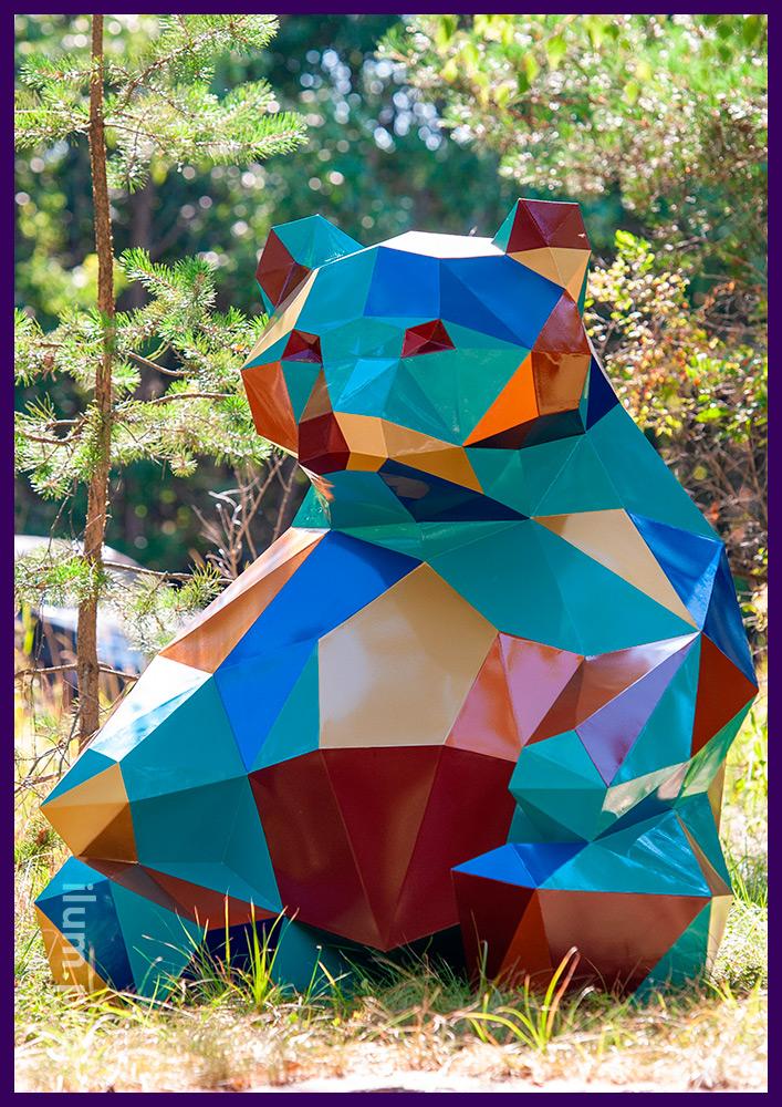 Медведь полигональный разноцветный, объёмная фигура для украшения ландшафта
