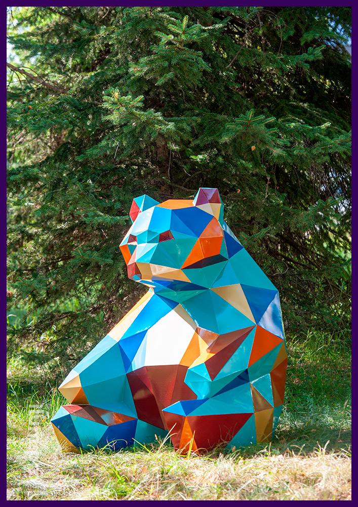 Арт-объект полигональный металлический в форме разноцветного медведя